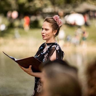 Traurednerin Kira Nothelfer während einer Trauung im Schloss Diedersdorf bei Berlin