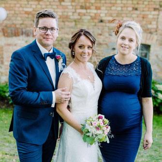 Traurednerin Kira Nothelfer mit einem glücklichen Brautpaar
