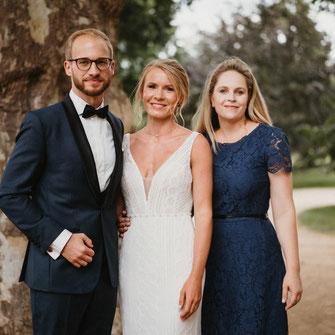Traurednerin Kira Nothelfer mit einem glücklichen Brautpaar in Schloss Neuhardenberg