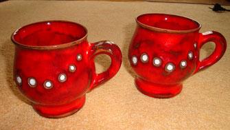 Töpferware, Teetassen, Kaffeetassen aus Keramik in rot mit weißen Punkten
