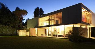 Master srl impianti elettrici civili Milano - Esempio di realizzazione illuminotecnica interno-esterno di una villa con suggestiva immagine serale