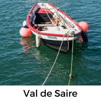 Ein Fischerboot in einem Hafen im Val des Saire – Tour mit Hund durch die Normandie