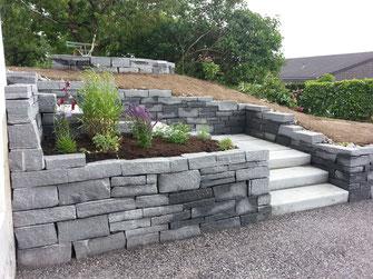 Naturstein Natursteinmauer Treppe Rabatte Bepflanzung