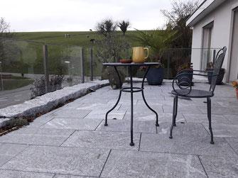 Steingarten Terrasse Holz Rabatte Bepflanzungen