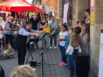 Steinenbergschule Stuttgart-Hedelfingen: Während des Knausbira-Sonntags sang unser Schulchor in Kleinbesetzung vor dem Hedelfinger Rathaus