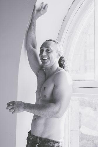 Photo bw noir et blanc boudoir homme blanc quarantaine cheveux long tatoué jean à Montréal par Marie Deschene photographe professionnelle