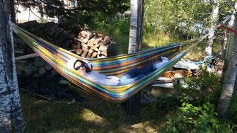 Photo de Marie Deschene dans un hamac à Rimouski dans le bois