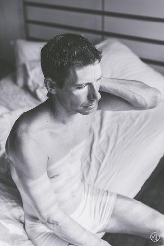 Photo boudoir bw noir et blanc homme sexy sous-vêtements dans lit Montréal photographe Marie Deschene
