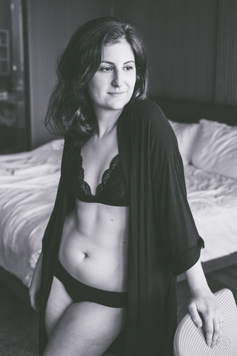 Photo noir et blanc boudoir femme blanche en sous-vêtements chambre d'hôtel de Montréal par Marie Deschene photographe