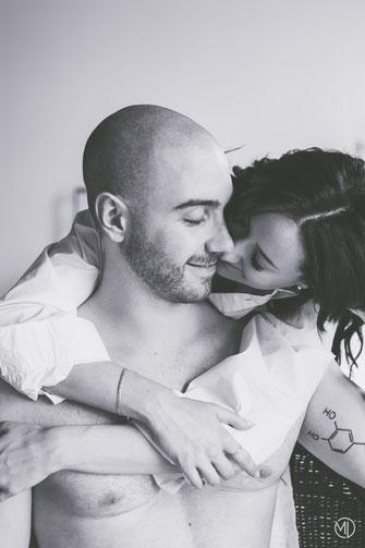Photo bw noir et blanc boudoir couple hétérosexuel blanc tatoué en sous-vêtements et chemise à Montréal par Marie Deschene photographe professionnelle