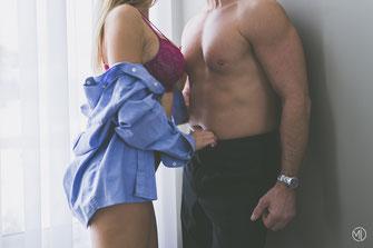 Photo boudoir couple blanc hétérosexuel femme en chemise et sous-vêtements roses homme torse nu et pantalon Rive-Nord de Montréal par Marie Deschene photographe