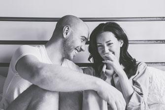 Photo boudoir noir et blanc couple blanc hétérosexuel chemise et sous-vêtements sur lit à Montréal par Marie Deschene photographe