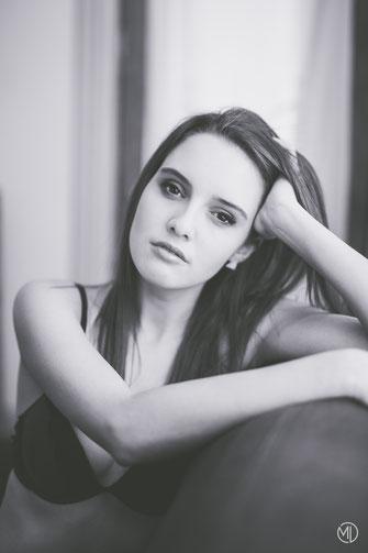 Photo boudoir bw noir et blanc jeune femme blanche sexy sous-vêtements canapé salon Montréal photographe Marie Deschene