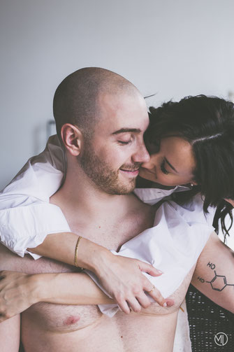 Photo boudoir couple blanc hétérosexuel chemise et sous-vêtements homme torse nu tatoué à Montréal par Marie Deschene photographe