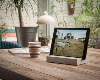 Bild: Holzständer iPad tablet Halter aus Holz Beton