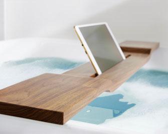 bild:ipad_tablet_halterung_nussbaum_badewanne_badewannenhalterung