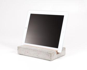 ipad halterung aus holz acrylglas und beton trimborn eich halterungen f r ipad und tablet. Black Bedroom Furniture Sets. Home Design Ideas