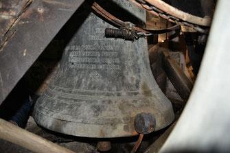 Tintement : le marteau commandé par un moteur électrique vient frapper l'extérieur de la jupe de la cloche