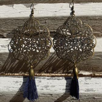 Avec passion Galinou crée des boucles d'oreilles et bijoux à la mode et tendance.