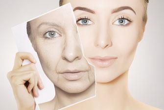 Junge Frau nimmt Maske mit Ihrem alten Gesicht ab