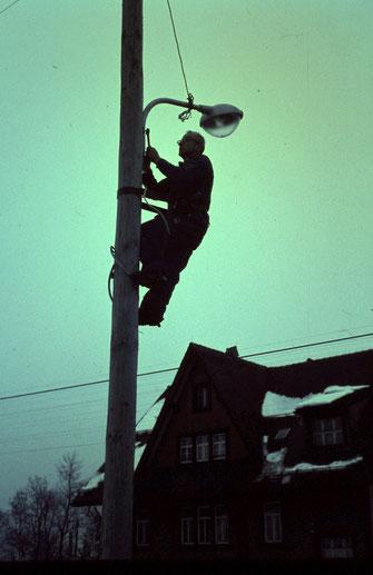 Mitglieder der Lesegesellschaft Moos beim Erstellen der Strassenbeleuchtung