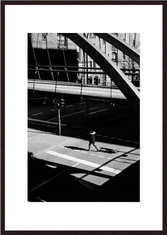 Leica Fine Art Print, Motiv: The white Skirt, London. Diese Fotokunst ist zu kaufen, limitiert, exklusiv und in Galerie- Qualität