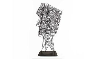 Moderne abstrakte Skulpturen in vielen verschiedenen Farben, Formen und aus unterschiedlichen Materialien in großer Auswahl © NEUERRAUM