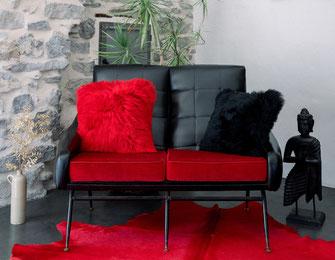 housse de coussin en peau de mouton teintée rouge ou noire by dt collection france