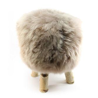 Tabouret à 4 pieds en bois brut de bouleau esprit scandinave assise chaise siège en mousse à mémoire de forme recouvert de peau de mouton teintée grège