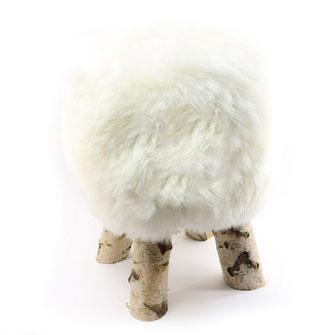 Tabouret en bois brut de bouleau siège assise en fourrure naturelle de mouton blanche