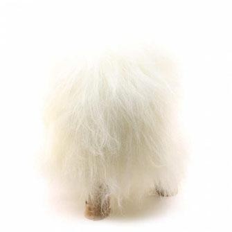Tabouret en bois naturel brut assise à mémoire de forme recouverte de peau de mouton blanche islandaise à poils longs