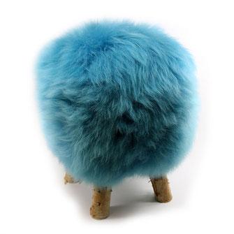Tabouret en bois de bouleau naaturel brut 4 pieds fourrure peau laine de mouton agneau bleu turquoise assise chaise mousse à mémoire de forme style scandinave