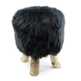 Tabouret à 4 pattes en bois de bouleau naturel avec son assise en peau de mouton naturelle teintée noire mousse à mémoire de forme