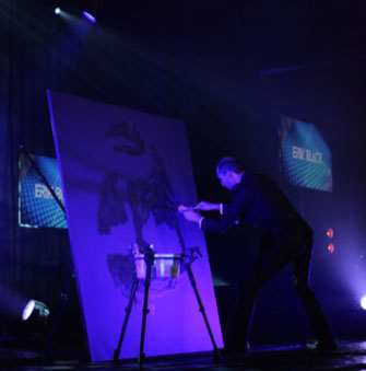 artiste peintre performer qui réalise un portrait paillettes