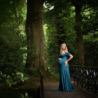 kobieta w w ciąży w lesie