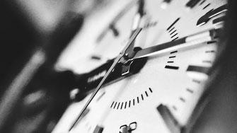 Zifferblatt einer Uhr in Schwarzweiß
