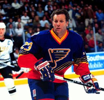 Nach Ende der Saison 1996/97 beendete Craig MacTavish, als letzter Spieler der NHL der noch ohne einen Helm gespielt hatte, seine Karriere.