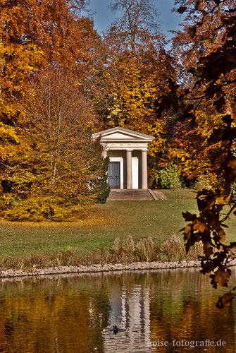 Dorischer Tempel Gotha Herbst Park Parkteich