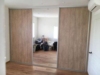 Pose d'un dressing avec trois portes coulissantes