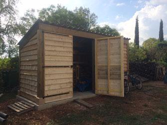 Abris à bois en structure pin contrecollé Classe 4 et bardage en planche de coffrage pour un budget plus serré