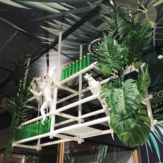 Jungle Styling im Weserpark für EDEKA Bremenmit weissen Tieren und grünen Pflanzen