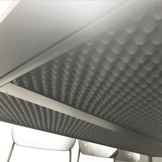 Akustikmaterial unter dem Besprechungstisch