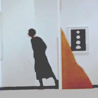 Frau im Kunstmuseum  in  Kunstobjekt integriert