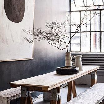 Pragmatische aber stilvolle Raum Inszenierung mit Tisch Bänken