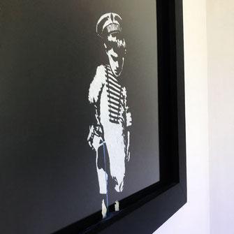 Junge mit Giesskanne ( eelus Streetart Repro Kopie) im Bilderrahmen