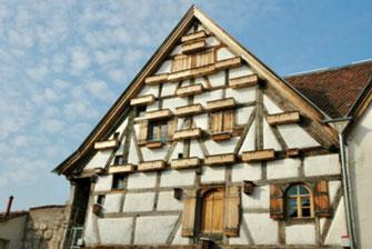 Haus mit Mauerseglerkästen (Foto: P.Bria, LBV-Bildarchiv)