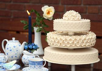 Marzipanzauber Hochzeitstorte weiß, wedding cake, mit Marzipandecke, Marzipanblüten, Zuckerperlen, Hochzeitstorte Lüneburg, Hochzeitstorte Winsen, Hochzeitstorte Hamburg, Hochzeitstorte Buchholz
