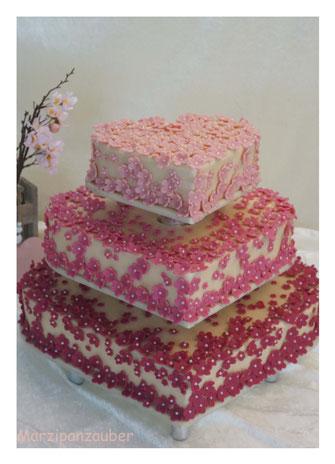 Hochzeitstorte, Herztorte, Wedding Cake, Marzipanblüten, Marzipandecke, Cake Topper, Marzipan-Brautpaar, Marzipanzauber