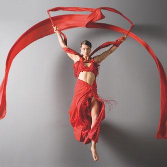 Maria Kross zeigt den Ribbon Dance / Tanz mit dem Seidenband