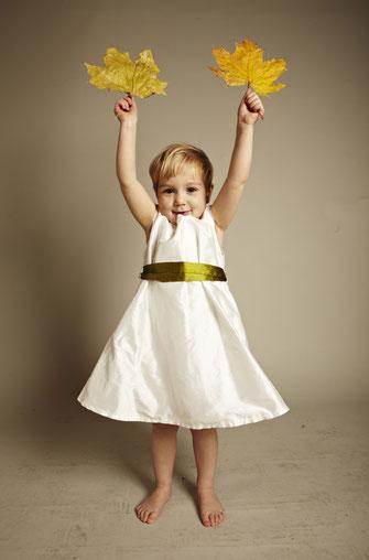 Kinderkleid mit farbigem Band